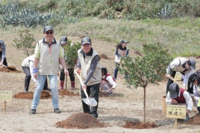 Vice president Chen Chien-jen planted native Whole-leaf hawthorn